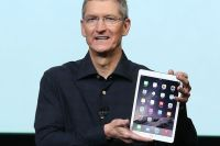Tim-Cook-holds-the-new-iPad-Air-2